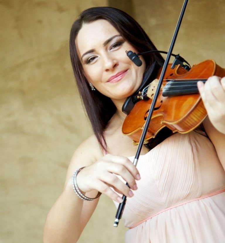 Female-Violin-Player-In-Dubai