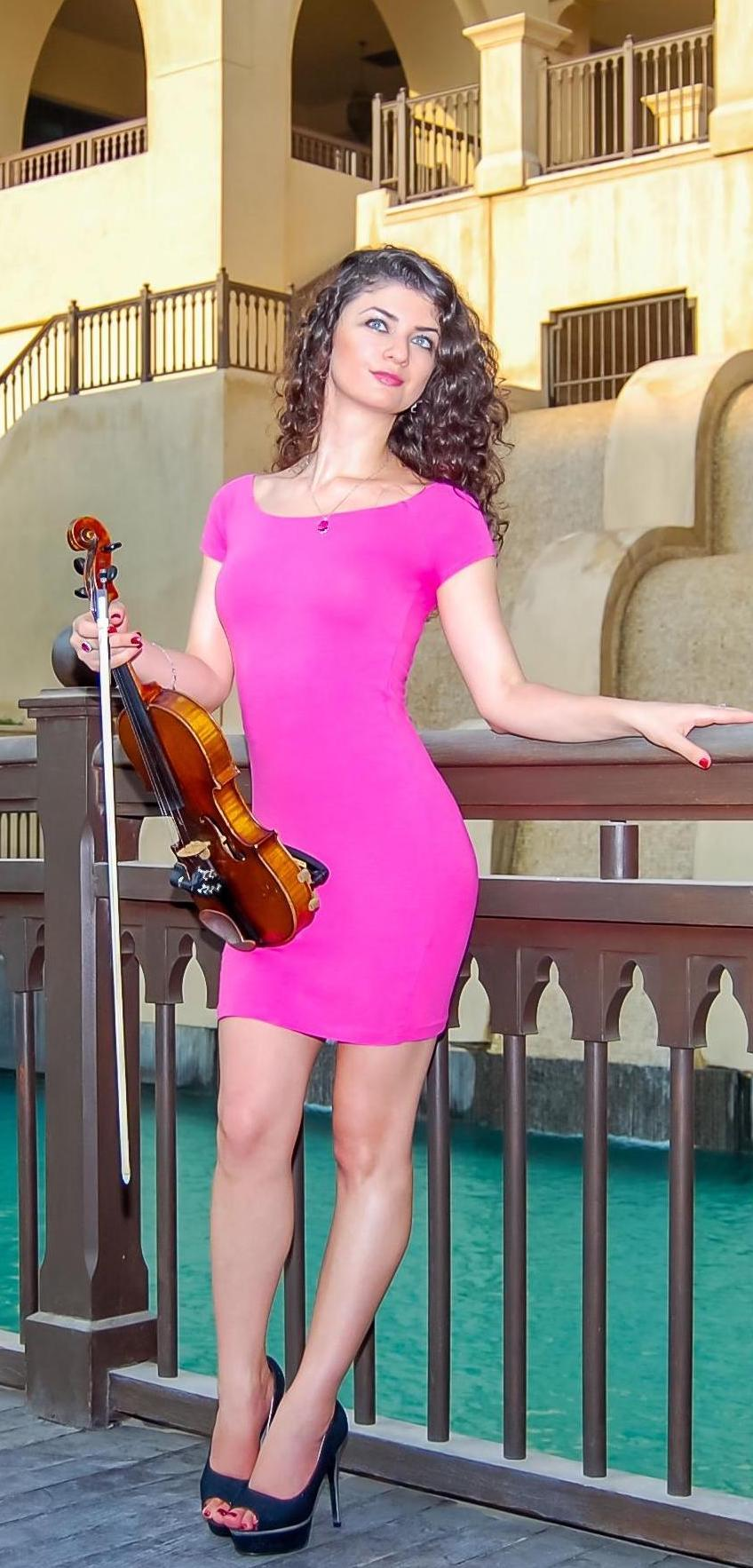 classical-and-electric-violinist